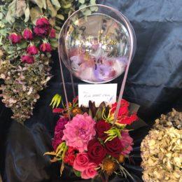 フェザー入りバルーン付生花アレンジメント【熊本の花屋・バルーンショップKIKI】
